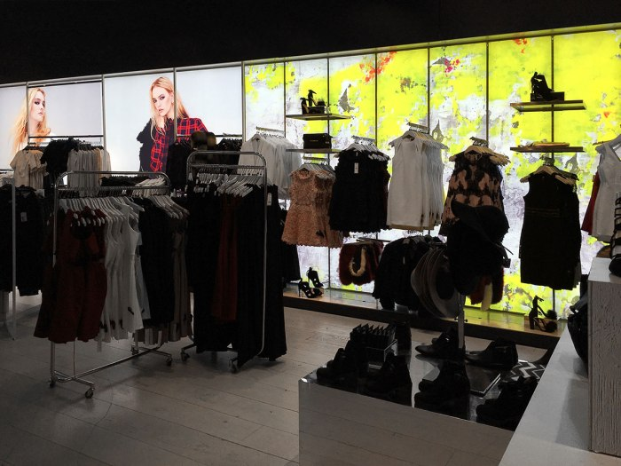 Backlit-Fabric-Wall-Signage-Display-at-Topshop